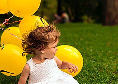 Kind-spelen-met-ballonnen